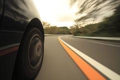 Οδήγηση στο δρόμο βουνών. Στοκ φωτογραφία με δικαίωμα ελεύθερης χρήσης