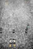 Οδήγηση στο χιόνι και χιονώδεις δρόμοι στη χειμερινή χιονοθύελλα στοκ εικόνα με δικαίωμα ελεύθερης χρήσης