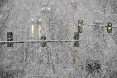 Οδήγηση στο χιόνι και χιονώδεις δρόμοι στη χειμερινή χιονοθύελλα στοκ φωτογραφία