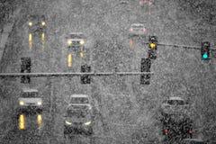 Οδήγηση στο χιόνι και χιονώδεις δρόμοι στη χειμερινή χιονοθύελλα στοκ εικόνα