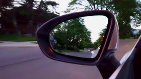Οδήγηση της κατοικημένης οδικής άποψης του δευτερεύοντος καθρέφτη Άποψη POV οδηγών του καθρέφτη πλάγιας όψης κατά μήκος της όμορφ