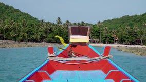 Οδήγηση της ξύλινης βάρκας Lontail προς το τροπικό νησί στην Ταϊλάνδη Πρώτη προοπτική άποψης απόθεμα βίντεο