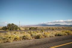 Οδήγηση της πλάγιας όψης πιάτων που κινείται μέσω της ερήμου στο αυτοκίνητο με τη θαμπάδα κινήσεων Στοκ φωτογραφίες με δικαίωμα ελεύθερης χρήσης