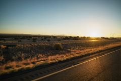 Οδήγηση της πλάγιας όψης πιάτων που κινείται μέσω της ερήμου στο αυτοκίνητο με τη θαμπάδα κινήσεων Στοκ φωτογραφία με δικαίωμα ελεύθερης χρήσης