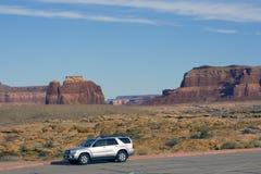 οδήγηση του ασημένιου suv Utah στοκ φωτογραφίες