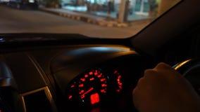 Οδήγηση του αυτοκινήτου τη νύχτα απόθεμα βίντεο