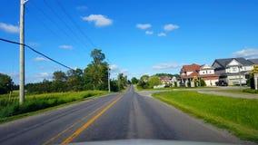 Οδήγηση του κατοικημένου δρόμου πόλεων με τα πολύβλαστα δέντρα κατά τη διάρκεια της θερινής ημέρας Άποψη POV οδηγών κατά μήκος τη