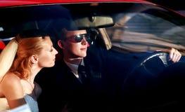 οδήγηση newlyweds στοκ φωτογραφίες