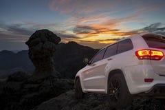 Οδήγηση SUV στους από-δρόμους βουνών στοκ φωτογραφία με δικαίωμα ελεύθερης χρήσης
