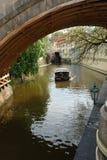 Οδηγήστε μια μικρή βάρκα στις όμορφες θέσεις της Πράγας στοκ φωτογραφίες με δικαίωμα ελεύθερης χρήσης