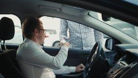 Οδηγός ατόμων που πληρώνει το ταξί με το κινητό τηλέφωνο Τεχνολογία NFC, δρόμος ή πληρωμή καυσίμων παράδοσης απόθεμα βίντεο