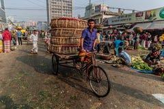 Οδηγός δίτροχων χειραμαξών στις συσσωρευμένες οδούς Dhaka στο Μπανγκλαντές στοκ εικόνα