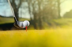 Οδηγός με την τοποθετημένη στο σημείο αφετηρίας σφαίρα γκολφ στη σειρά μαθημάτων στοκ εικόνα
