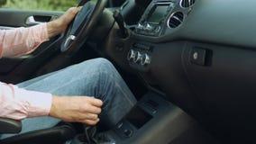 Οδηγός που μετατοπίζει το ραβδί εργαλείων πρίν οδηγεί το αυτοκίνητο φιλμ μικρού μήκους