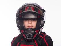 Οδηγός ραλιών ή ποδηλάτων Το αγόρι στο κοστούμι του δρομέα που απομονώνεται στο άσπρο υπόβαθρο Στοκ Φωτογραφία