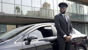 Οδηγός της υπηρεσίας ταξί πολυτέλειας που περιμένει το πολύ σημαντικό πρόσωπό του, έτοιμος να πάει στοκ φωτογραφίες