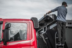 Οδηγός φορτηγού που ελέγχει το φορτίο Στοκ Εικόνες