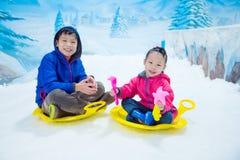 Οδηγώντας έλκηθρο αγοριών και κοριτσιών στον πάγο στο εσωτερικό έδαφος χιονιού Στοκ εικόνες με δικαίωμα ελεύθερης χρήσης