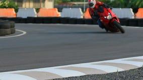 Οδηγώντας αθλητική μοτοσικλέτα ατόμων στην αιχμηρή καμπύλη απόθεμα βίντεο