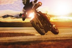 Οδηγώντας αθλητική μοτοσικλέτα ατόμων στην εθνική οδό ασφάλτου στοκ φωτογραφία με δικαίωμα ελεύθερης χρήσης
