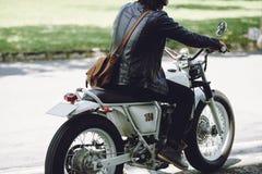 Οδηγώντας αναδρομική μοτοσικλέτα Στοκ Φωτογραφίες