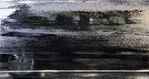 Οδηγώντας αντανάκλαση αυτοκινήτων στην υγρή οδό πόλεων στη θαμπάδα κινήσεων Στοκ φωτογραφία με δικαίωμα ελεύθερης χρήσης