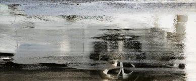 Οδηγώντας αντανάκλαση αυτοκινήτων στην υγρή οδό πόλεων στη θαμπάδα κινήσεων στοκ φωτογραφίες