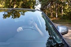 Οδηγώντας αυτοκίνητο επιχειρηματιών και ομιλία στο τηλέφωνο Στοκ Εικόνες