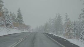 Οδηγώντας αυτοκίνητο στην πτώση POV οδικού χιονιού χειμερινών βουνών απόθεμα βίντεο