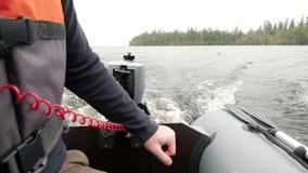 Οδηγώντας βάρκα μηχανών ατόμων στη Ladoga λίμνη απόθεμα βίντεο
