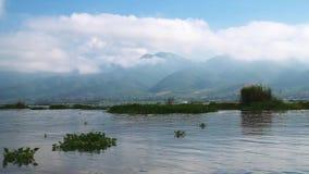 Οδηγώντας βάρκα στη λίμνη Inle, το Μιανμάρ φιλμ μικρού μήκους