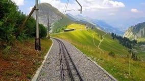 Οδηγώντας κάτω από το cogwheel σιδηρόδρομο από Rochers de Naye, Ελβετία απόθεμα βίντεο