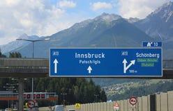 Οδηγώντας κατευθύνσεις στην εθνική οδό για να πάει στο Ίνσμπρουκ στην Αυστρία στοκ φωτογραφία με δικαίωμα ελεύθερης χρήσης