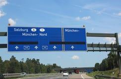 Οδηγώντας κατευθύνσεις στην εθνική οδό για να πάει στο Ίνσμπρουκ στην Αυστρία στοκ φωτογραφία