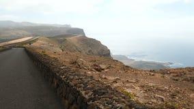 Οδηγώντας κοντά σε Mirador del Ρίο στο νησί Lanzarote, Κανάρια νησιά Ισπανία, Ευρώπη απόθεμα βίντεο
