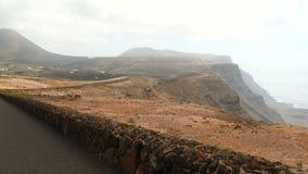 Οδηγώντας κοντά σε Mirador del Ρίο στο νησί Lanzarote, Κανάρια νησιά, Ισπανία, Ευρώπη απόθεμα βίντεο