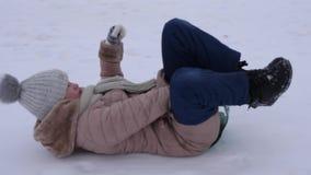 Οδηγώντας λόφος χιονιού νέων κοριτσιών στο έλκηθρο στις διακοπές Χριστουγέννων απόθεμα βίντεο