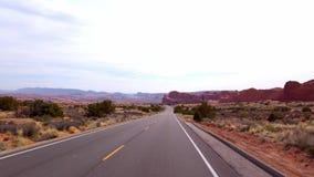 Οδηγώντας μέσω των αψίδων το εθνικό πάρκο - φωτογραφία ταξιδιού απόθεμα βίντεο