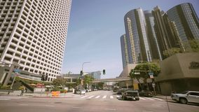 Οδηγώντας μέσω των φοινίκων στη Beverly Drive, μπλε ουρανός, και ευρύς πυροβολισμός ήλιων λόφοι της Beverly απόθεμα βίντεο