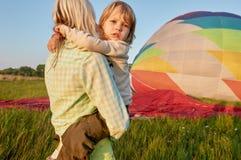 Οδηγώντας μητέρα αγοριών κοντά στο αερόστατο Στοκ Φωτογραφίες