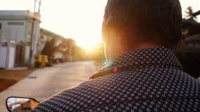 Οδηγώντας μοτοσικλέτα ατόμων στο τροπικό νησί κατά τη διάρκεια του όμορφου ηλιοβασιλέματος σε σε αργή κίνηση στις διακοπές του Τα φιλμ μικρού μήκους