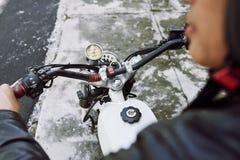 Οδηγώντας μοτοσικλέτα στον πόλης δρόμο Στοκ Εικόνα