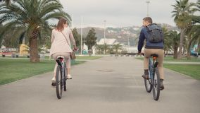 Οδηγώντας ποδήλατα ζεύγους απόθεμα βίντεο