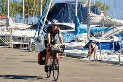 Οδηγώντας ποδήλατο ατόμων στη λίμνη Γενεύη Λωζάνη Ελβετία Στοκ Φωτογραφίες