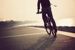 Οδηγώντας ποδήλατο βουνών κατόχων διαρκούς εισιτήριου Στοκ εικόνα με δικαίωμα ελεύθερης χρήσης