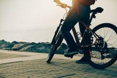 Οδηγώντας ποδήλατο βουνών κατόχων διαρκούς εισιτήριου Στοκ Φωτογραφίες