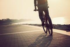 Οδηγώντας ποδήλατο βουνών κατόχων διαρκούς εισιτήριου Στοκ φωτογραφία με δικαίωμα ελεύθερης χρήσης