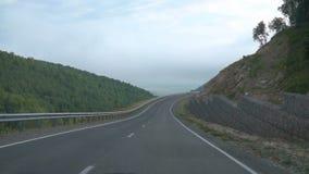 Οδηγώντας στο δρόμο βουνών, άποψη αυτοκινήτων κίνηση αργή απόθεμα βίντεο