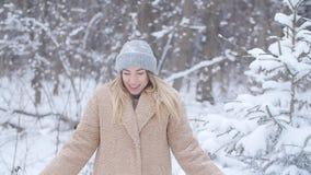 οδηγώντας χειμώνας ελκήθρων διασκέδασης Γυναίκα που ρίχνει το χιόνι στον αέρα στο χειμερινό δάσος ή το πάρκο απόθεμα βίντεο
