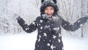οδηγώντας χειμώνας ελκήθρων διασκέδασης Γυναίκα που ρίχνει το χιόνι στον αέρα στο χειμερινό δάσος ή το πάρκο φιλμ μικρού μήκους